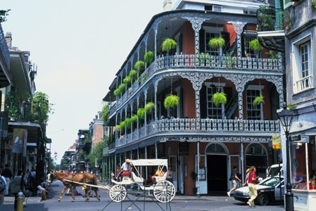 New Orleans hotel near Bourbon St. with river cruise